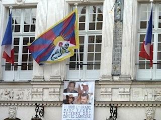 La mairie de Nantes hisse le drapeau Tibétain pour commémorer la fuiate du Dalaï Lama— 13 mars 2013