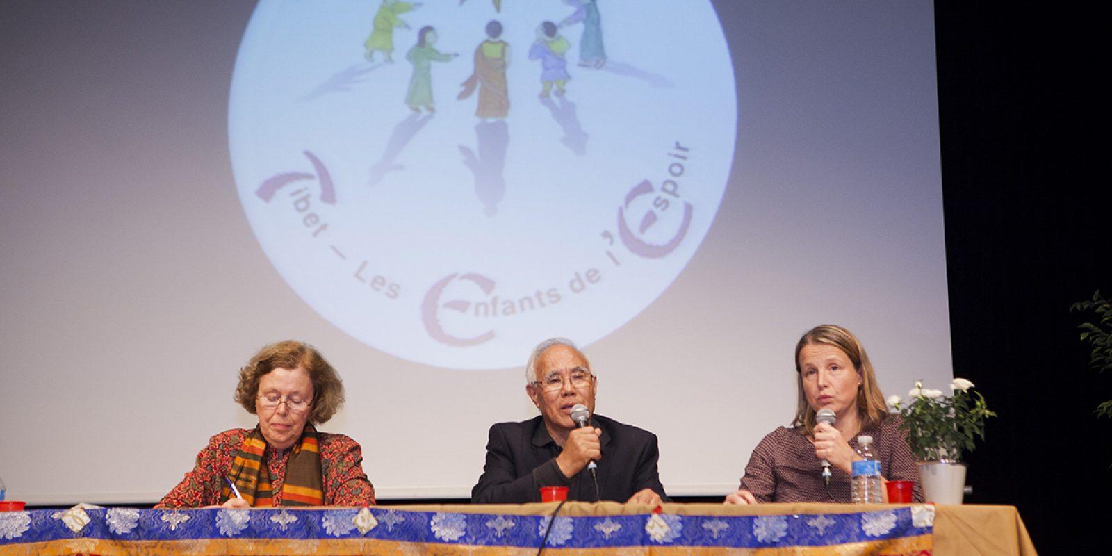 Conférence avec Mme Marie Holzman (gauche, sinologue), Tempa Tsering (au centre, responsable du programme du Dalai Lama en Inde et époux de Jetsun Pema), traduite par Anne-Sophie Lebas-Hoffman ( à droite).
