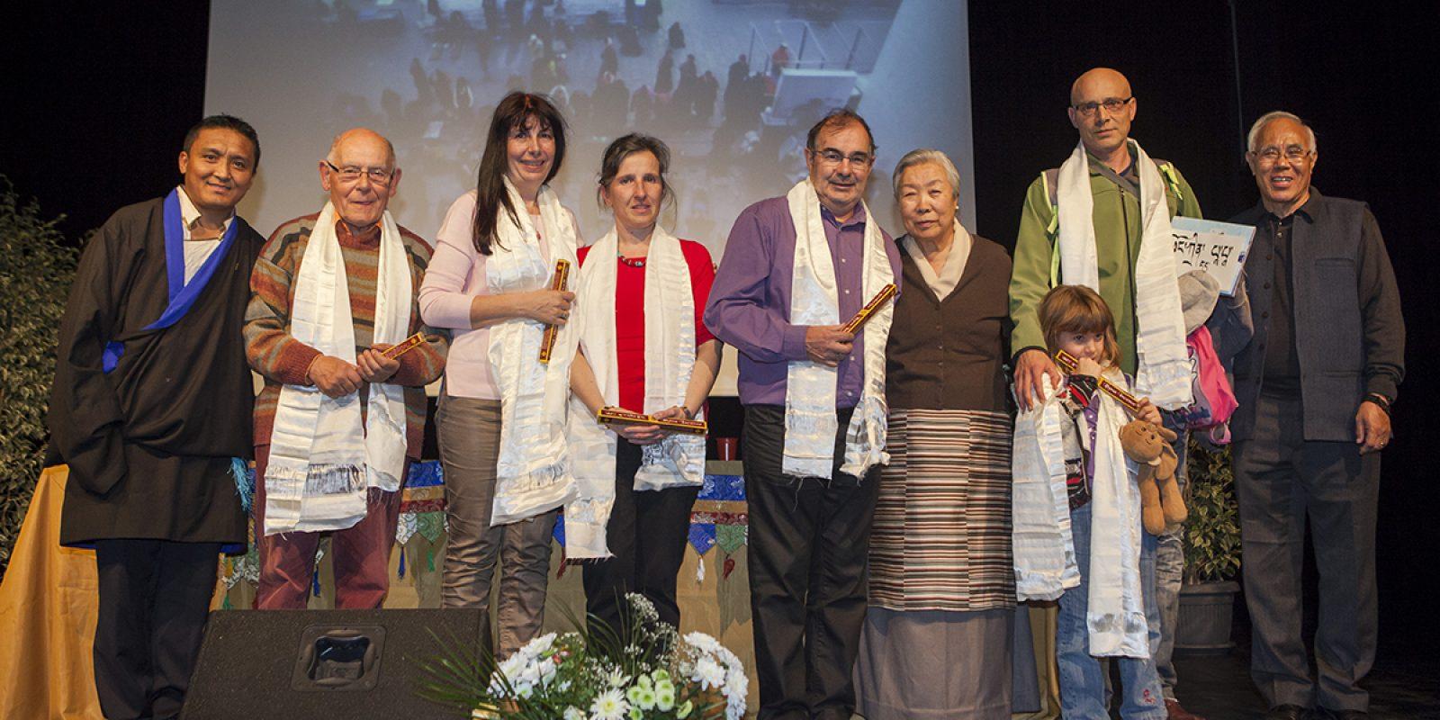 clôture de l'événement après la traditionnelle remise de la Khatag (écharpe de soie blanche) et de bâtons d'encens,  à titre honorifique, par Jetsun Pema à l'équipe de l'association.