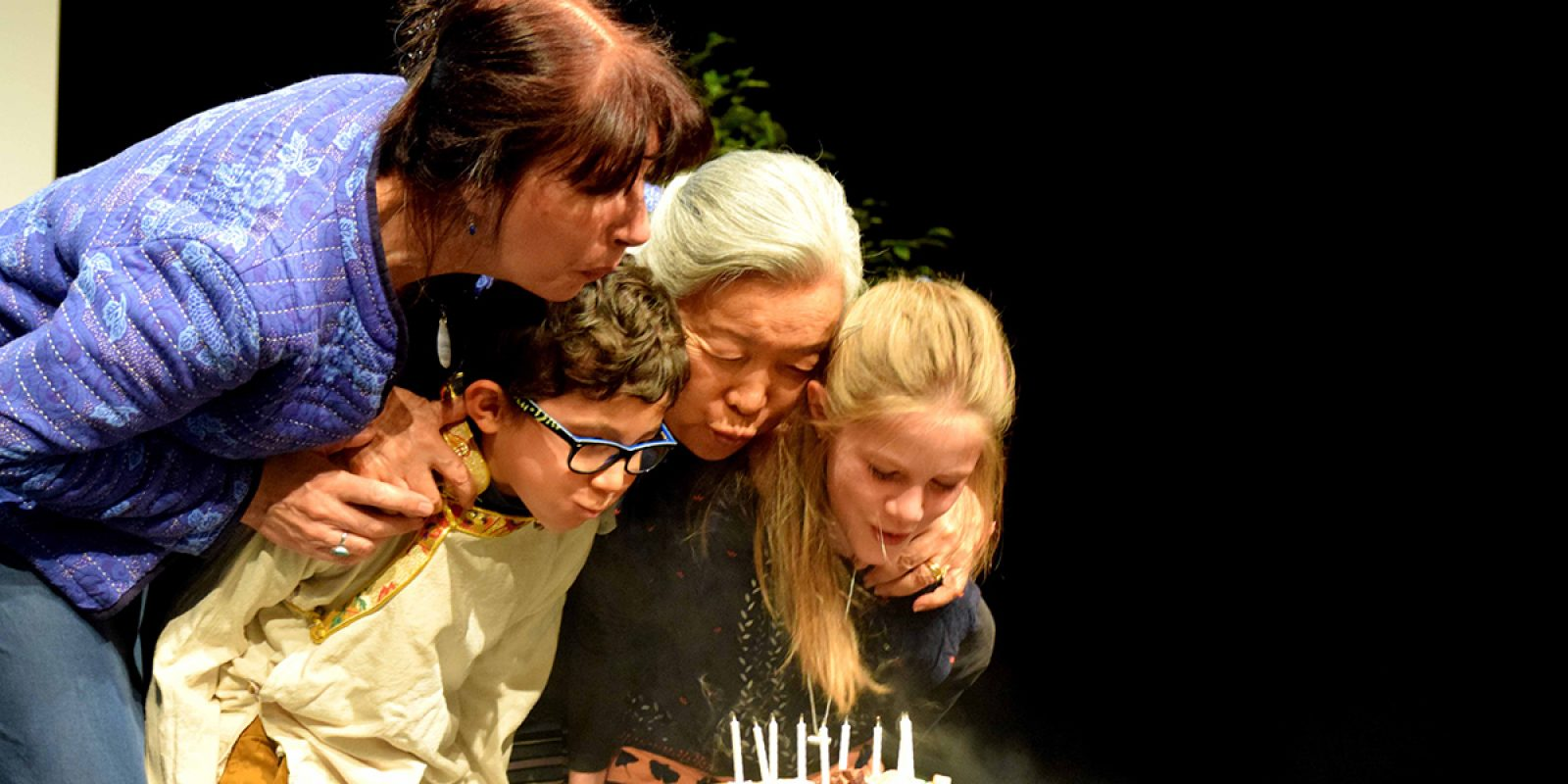 """On souffle les bougies du gâteau des 10 ans de """"Tibet — les Enfants de l'Espoir""""."""