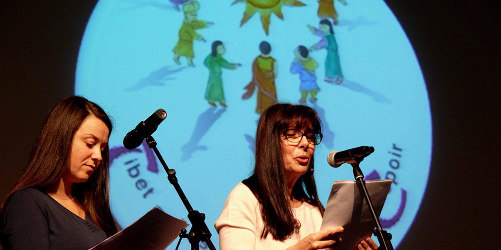 Gis et Florence-Marie lisent des poèmes tibétains de Buchung D. Sonam.
