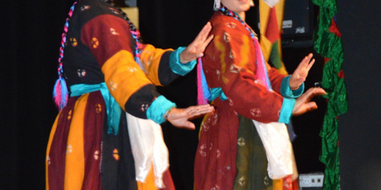 Danse traditionnelle tibétaine : deux femmes