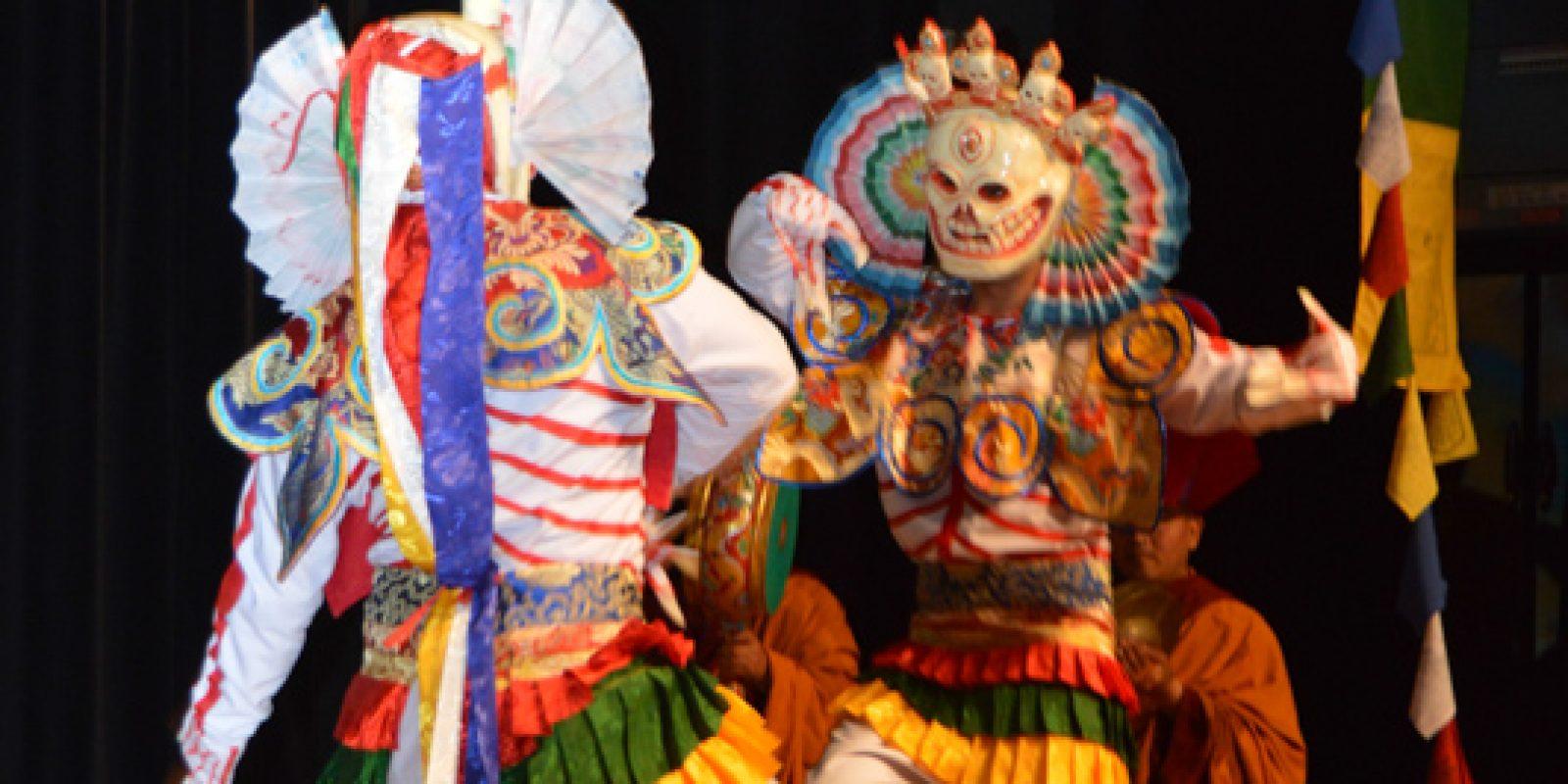 Danse traditionnelle tibétaine : 2 hommes aux masques de tête-de-mort