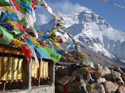 Photo principale de l'exposition photo (10 mars 2018) sur le Tibet de Michel Aubert : Himalaya et drapeaux de prières tibétains.
