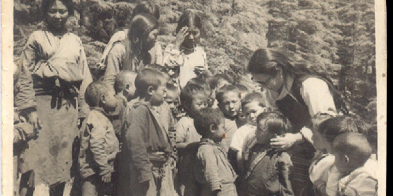 Mrs Tsering Dolma Taklha, sœur aînée de Sa Sainteté le Dalaï Lama avec les premiers enfants arrivés.
