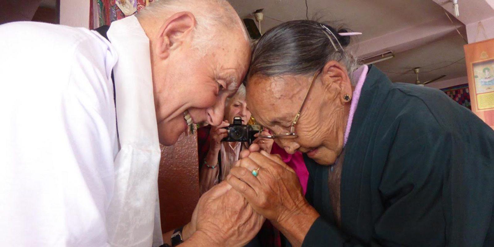 """Sur place, Michel Aubert salue sa propre filleule (parrainée par """"Tibet—  les Enfants de l'Espoir"""")"""