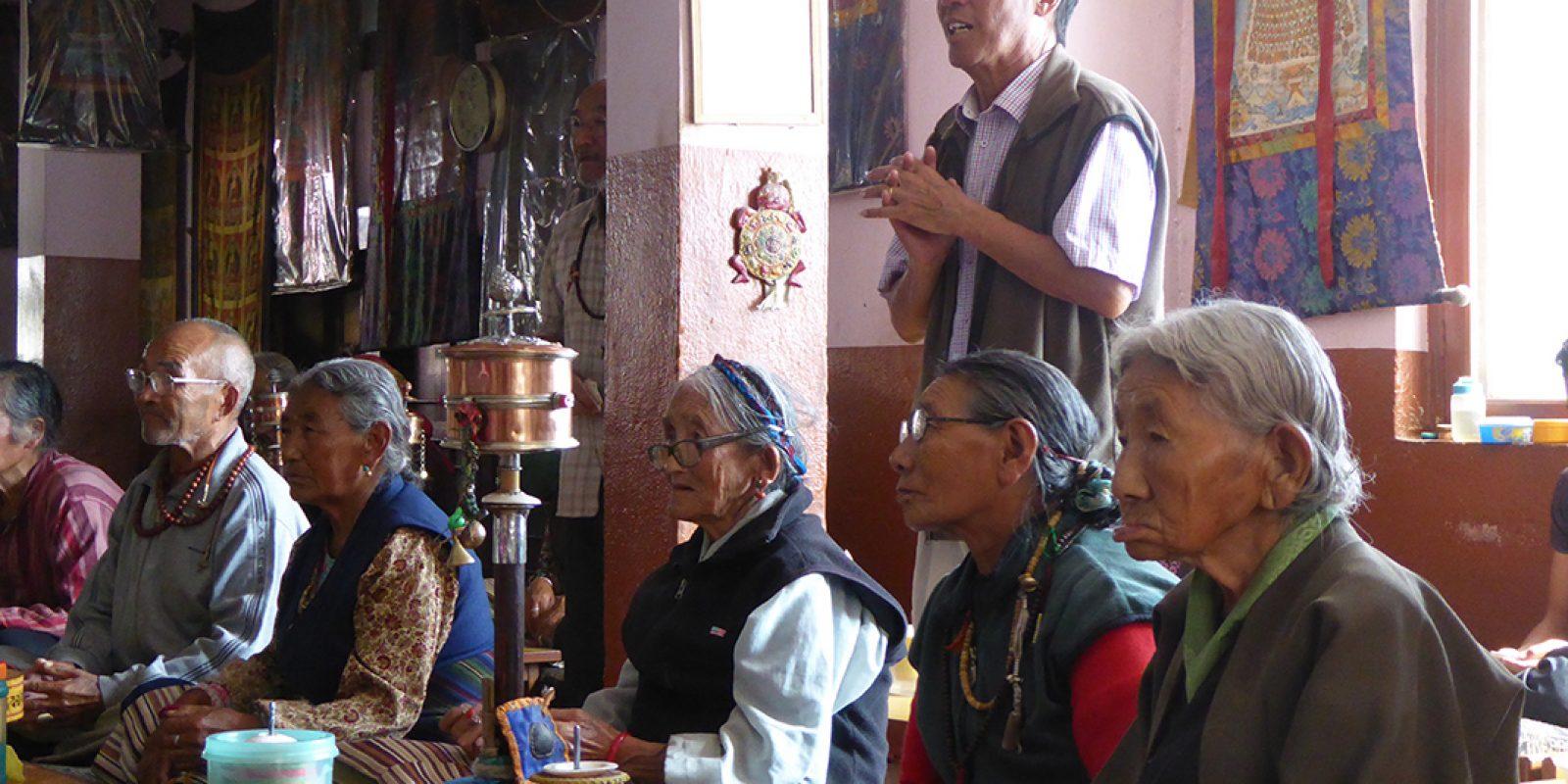 """Au Népal, personnes âgées parrainées par """"Tibet — les Enfants de l'Espoir"""" en la  Maison des Personnes âgées de Katmandu"""