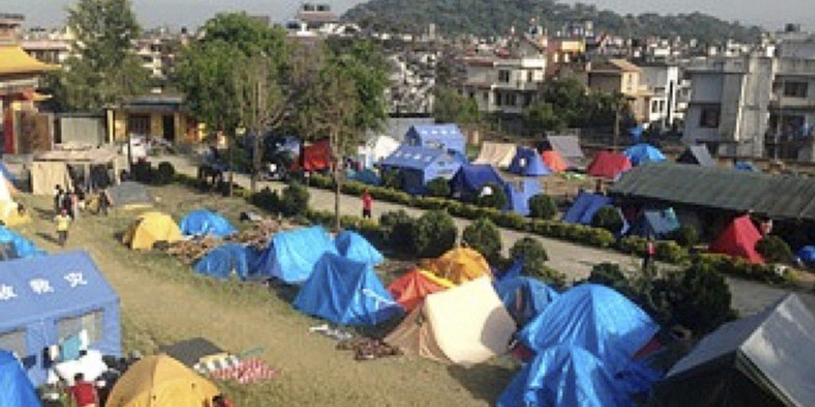 Campement avec abris de fortune des Tibétains victimes du tremblement de terre du 25 avril 2015 au Népal