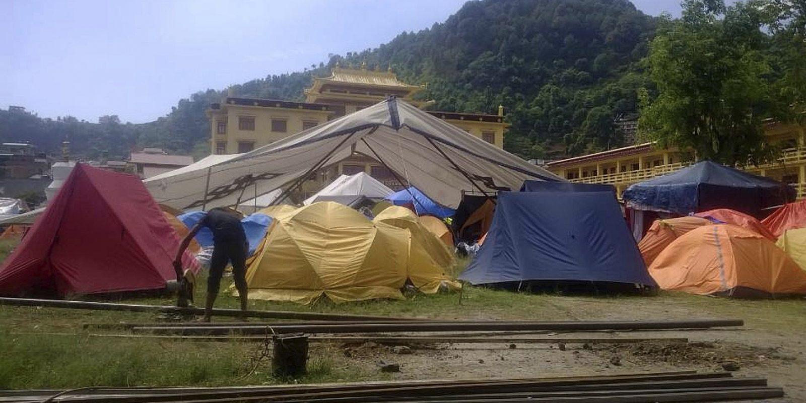 Abris de fortune des Tibétains victimes du tremblement de terre du 25 avril 2015 au Népal