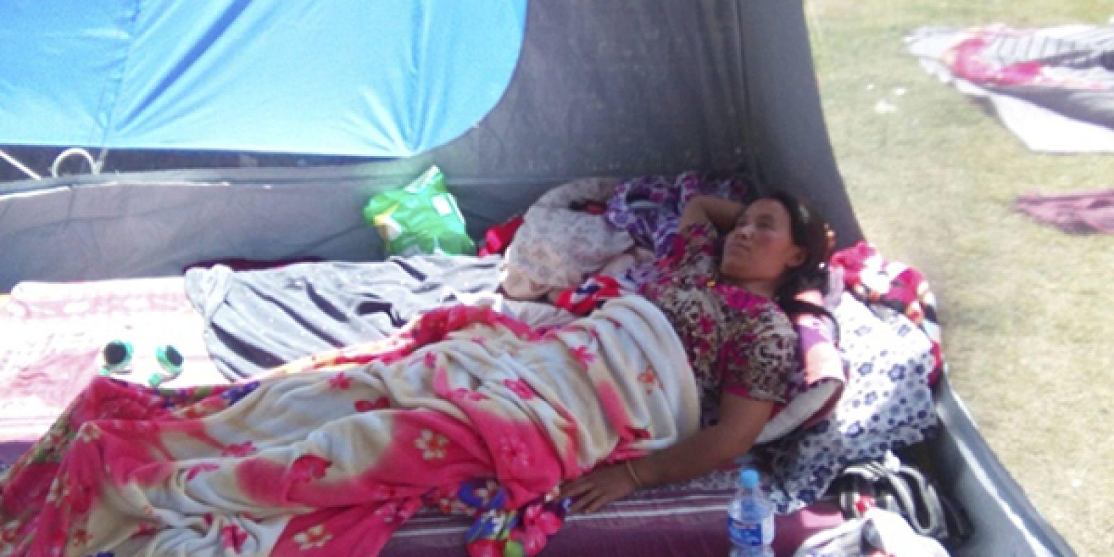 Tibétaine, dont le bassin a été fracturé lors du séisme du Népal du 25 avril 2015, dans son abri de fortune.
