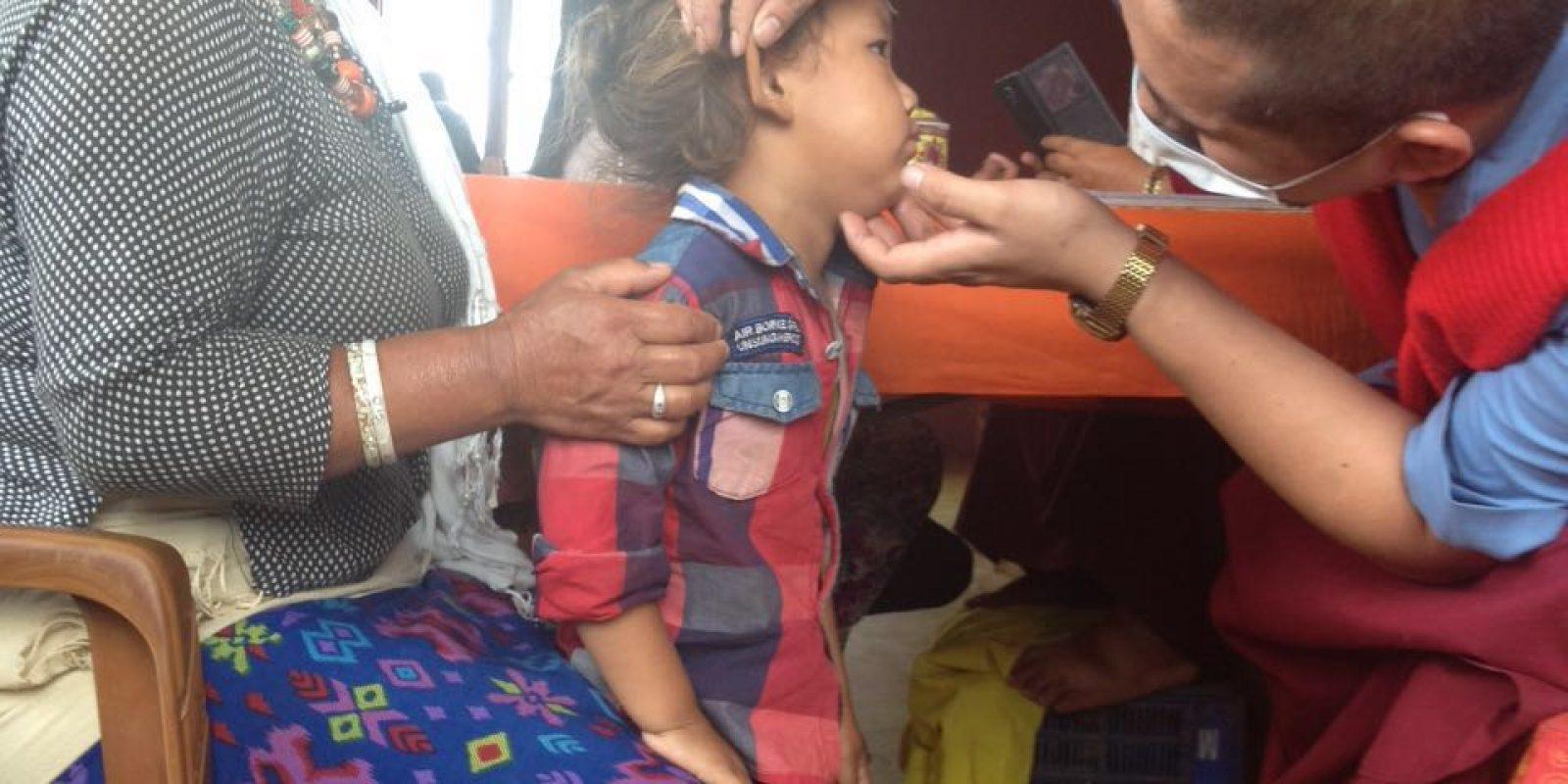 Moine médecin (amchi en tibétain) en auscultation.